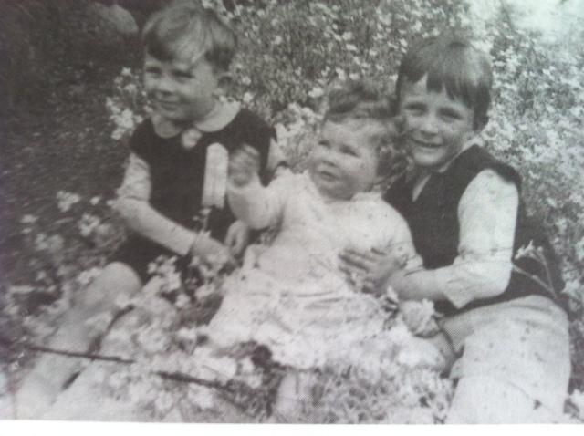 Mam yn Carrog - Iwan Bryn, Nia Powys a Iolo Wyn