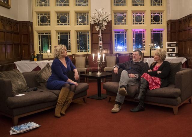 Lowri Cooke gyda Gareth Lewis (Meic Pierce) a Nia Caron (Anita) - llun gan Emyr Young