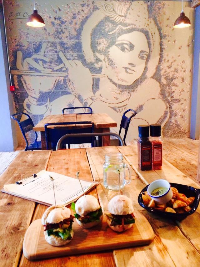 Adolygiad Anna Loka Cafe Bar Review